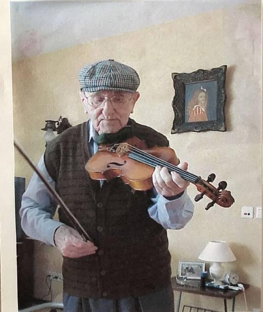 Piet Verstappen met zijn geliefde viool.