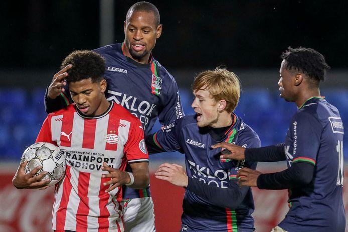 Thomas Beekman (tweede van rechts) probeert na zijn goal de bal te ontfutselen bij Shurandy Sambo van Jong PSV voor een slotoffensief. © BSR Agency