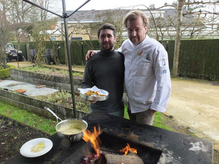 Organisator Gilles De Backer en chef Lieven Lootens testen al eens de Quan uit in de tuin van 't Aards Paradijs.