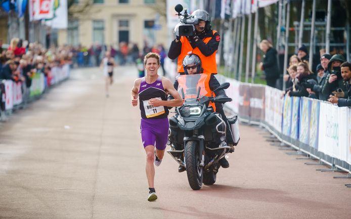 Michel Butter finisht in maart als snelste Nederlander tijdens de CPC Loop in Den Haag.