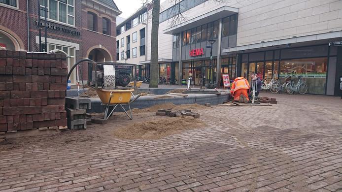 Op het Walplein wordt hard gewerkt aan de aanleg van de betonnen banken.