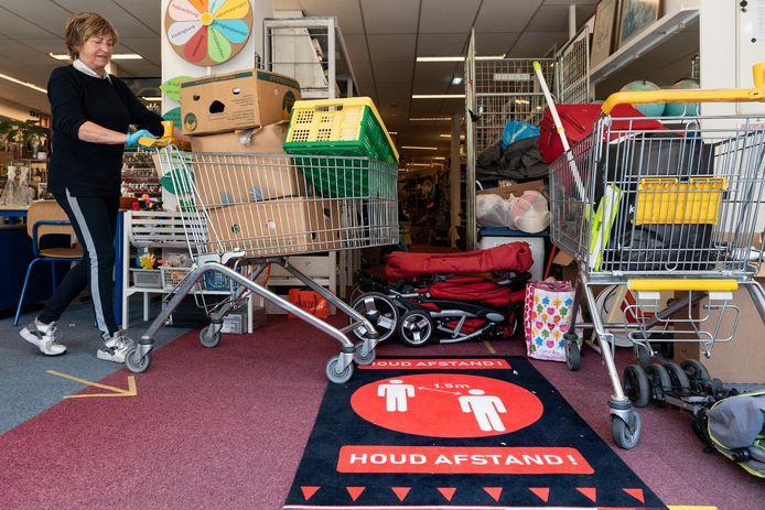 Vrijwilligster Marjo van de Aker rijdt deze dagen rond met winkelkarretjes vol spullen.