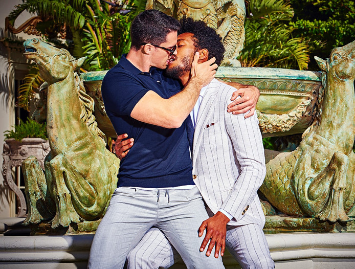 Zoenende mannen in de campagne van kledingmerk Suitsupply.