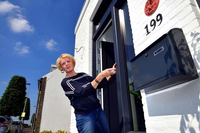 Els Aarden bij haar brievenbus aan de Parallelweg 199 die al maanden akelig leeg blijft.