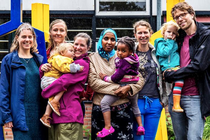 Ouders Montessori Kindcentrum LEF. Links  Annemieke de Jong van Campen(47), rechts Joost Wegman(38).