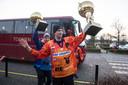 De spelers van Oranje tonen bij terugkeer in Nijmegen de beker van de wereldkampioen van de B-poule.