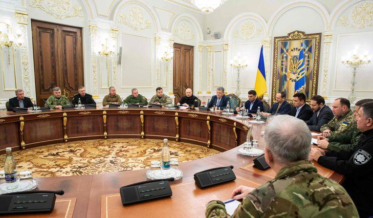 De Oekraïense president Poroshenko praat met de nationale veiligheids- en defensieraad in Kiev. Beeld AFP