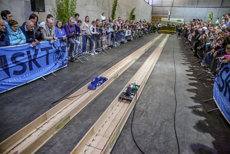 Het publiek vergaapt zich aan de racebaan waar de machines het tegen elkaar opnemen met de Europese titel als grote doel.