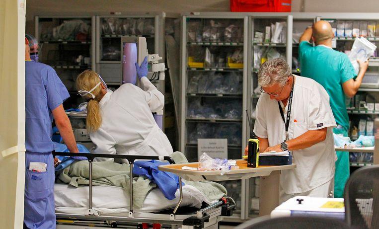 Ziekenhuispersoneel aan het werk in het Jackson Memorial ziekenhuis in Miami, Florida.  Beeld REUTERS