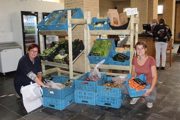 Isa Moerenhout en Riet Konings van Obra Baken in het winkeltje.
