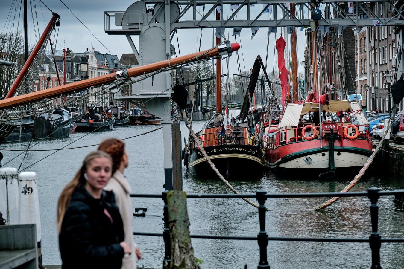 De historische zeilschepen in de Wolwevershaven.