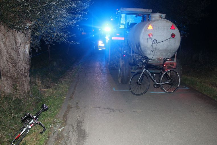 Twee fietsers raakten zwaar gewond bij het kruisen van de tractor in de Veldekenswegel in Impe.