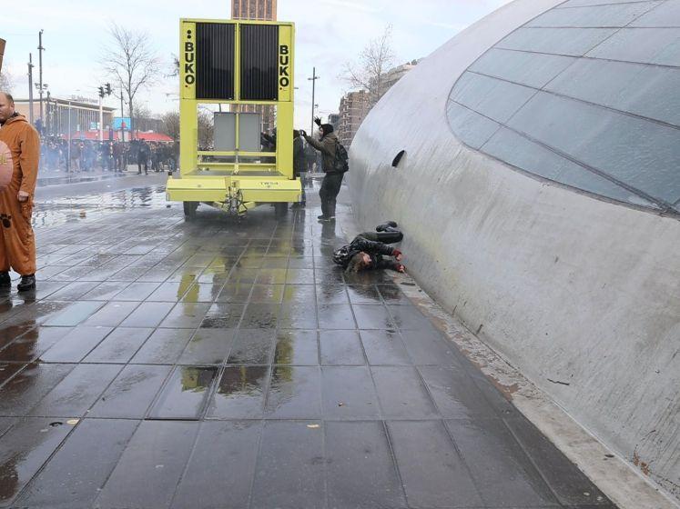 Vrouw omver geblazen door waterkanon bij demonstratie