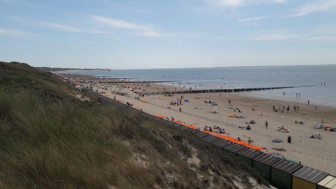 Bij Zoutelande en in Domburg is het redelijk druk, zelfs hier op het minst drukke deel bij het Zoutelandse strand tussen Strandzot en Branding.
