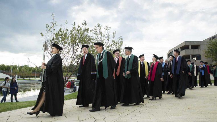 Cortège van hoogleraren tijdens de opening van het academisch jaar op de Erasmus Universiteit in Rotterdam. Beeld null