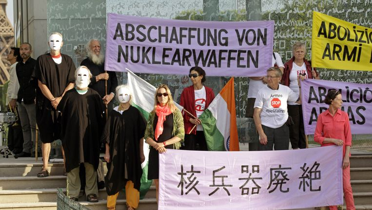 Herdenkingsdemonstratie tegen kernwapens in Parijs, op de 68ste 'verjaardag' van de atoombom op Hiroshima Beeld ap