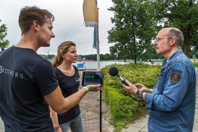 Links: geluidscontroleurs Tommy en Lizzy Edelbroek. Rechts: geluidsadviseur John Ruijer.