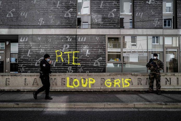 Graffiti op de muur van het Armeense herdenkingscentrum in Lyon. RTE kan staan voor de naam van de Turkse president Recep Tayyip Erdogan. Loup gris is Frans voor grijze wolf.