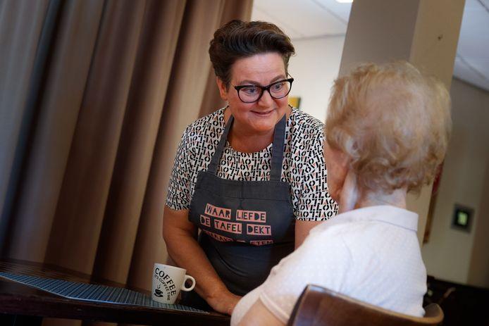 Vorig jaar begon gastvrouw Lucia Kamp in verpleeghuis Kroonestede om mensen meer tijd en aandacht te geven. En zo nog 60 nieuwe medewerkers bij stichting Groenhuysen. Maar het werk blijkt lastiger dan gedacht, Lucia moet jaar op cursus om verantwoord met mensen op woongroep om te kunnen gaan. Dat vindt de directie en dat vindt Lucia (begonnen als huishoudelijke hulp) ook.