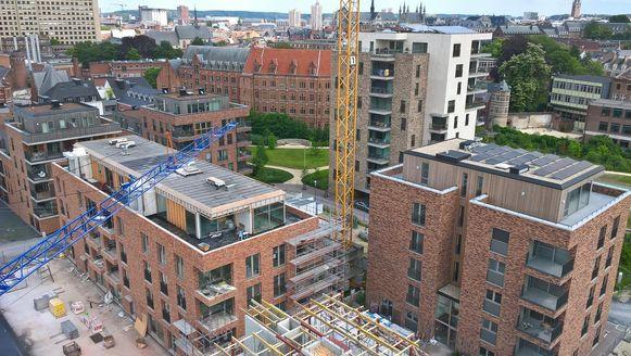 Het gebouw rechts op de foto maakt gebruik van het koudenet.
