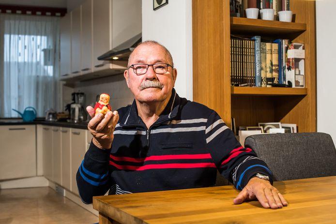 Jan Holman met zijn bijzonder voorwerp een kaars van 72 jaar oud. Oosterbeek.