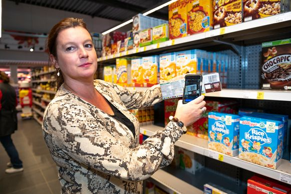 Journaliste Inge Stiers test de Yuka-app uit in de supermarkt.
