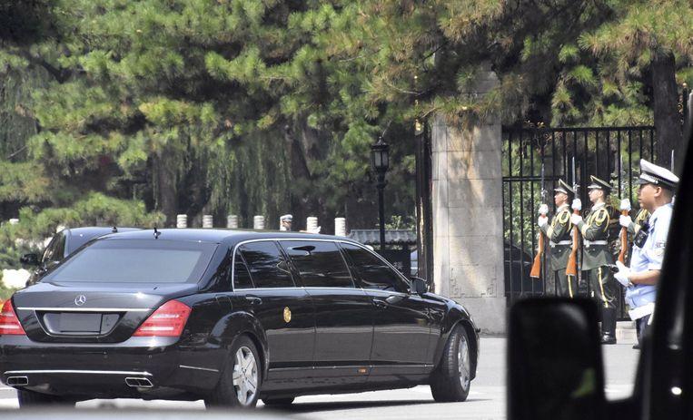 De Noord-Koreaanse leider zou in deze auto in Beijing zijn vervoerd. Hier rijdt hij de poort van het het Diaoyutai Staatsgastenhuis in Beijing binnen.