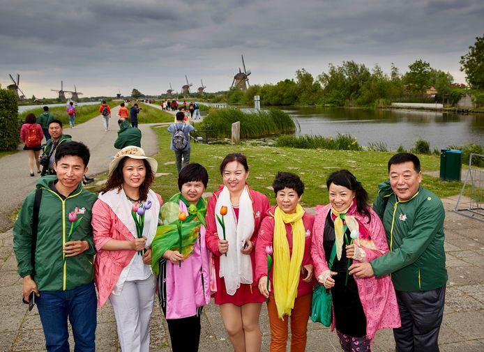 Chinezen bij de molens van Kinderdijk. Ze maken deel uit van een groep van 4500 chinese toeristen die op dit moment in Nederland zijn