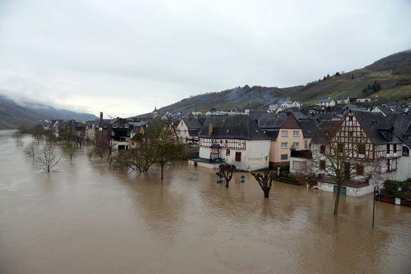Ook het dorp Reil kan het water nauwelijks slikken. Daar staat het waterpeil van de Moezel intussen erg hoog.
