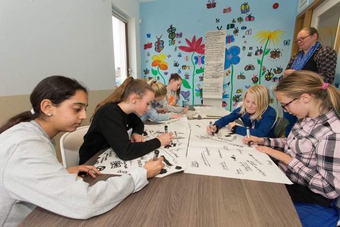 Leerlingen van meerdere basisscholen in Lochem maken samen een gedicht voor de 4 mei herdenking. Op de foto Noor, Tess, Fleur, Maartje, Lotte, Elisa en juf Roos.