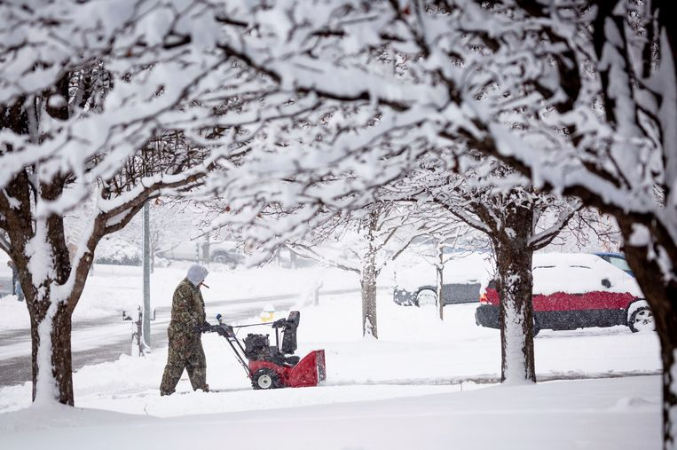 Door de enorme sneeuwval zijn de wegen in het centrum van de Verenigde Staten onveilig geworden.