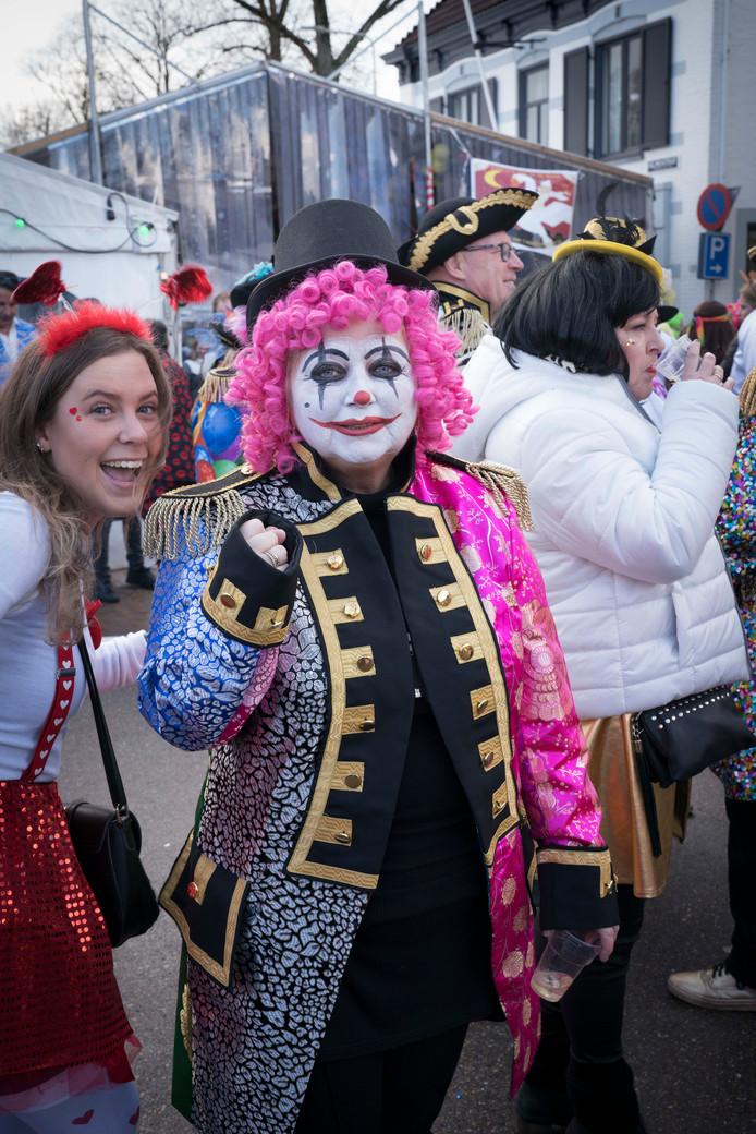 De jarige clown met roze pruik Sophia Roelofs (55) uit Huissen.