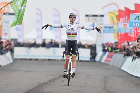 Belgian Wout Van Aert celebrates as he crosses the finish line to win the men's elite race at the Belgian national championships cyclocross, Sunday 14 January 2018 in Koksijde. BELGA PHOTO DAVID STOCKMANlea nouveaux