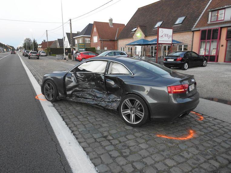 De Audi RS5 werd vol in de flank geramd bij het verlaten van de parking van Club 18.