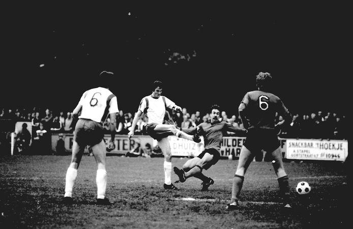 Janus van Gelder (midden) tijdens de beslissingswedstrijd van RKC tegen DOS Kampen in 1981.