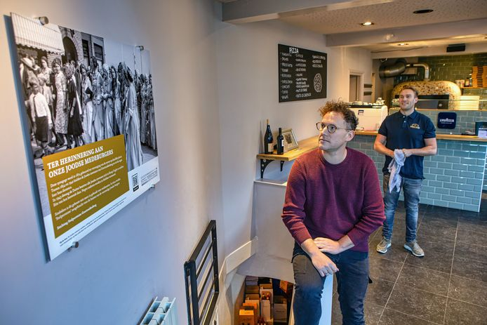 Paul Koedijk van de stichting Stolpersteine en Wouter Marquart van pizzeria Mercato zijn trots op de gedenkplaat die ter herinnering aan de Joodse gemeenschap in de voormalige synagoge hangt.