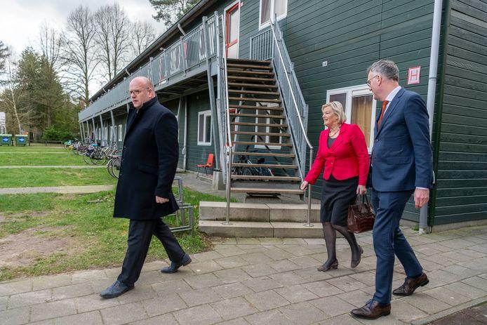 Staatssecretaris Broekers-Knol (VVD) bracht begin maart een bezoek aan het azc in Oisterwijk. Burgemeester Hans Janssen vergezelde haar.