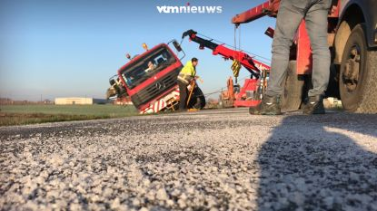 VIDEO. Strooiwagen slipt en belandt in sloot  in Poperinge
