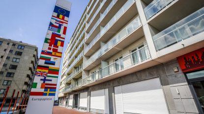 Koksijde laat vlaggenzuil pal voor appartementen dan toch verwijderen: bewoners halen slag thuis