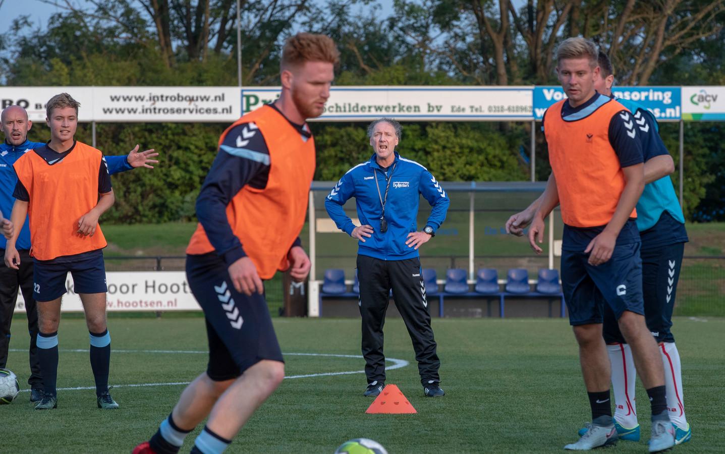 Jan Gaasbeek laat zich horen tijdens de training van De Merino's.