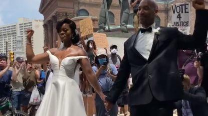Gebalde vuist in trouwkleed: statement van pasgetrouwd koppel tijdens protest in Philadelphia verovert het internet