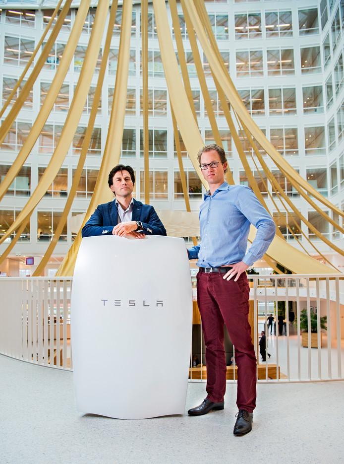Eneco ging als eerste Tesla's duurzame thuisbatterij Powerwall verkopen. Op de foto Eneco's directeur Innovatie Dirk Jan Middelkoop en Ronald Bohte, projectmanager.