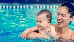 Slokje zwembadwater binnen? Dit doet het met je lijf