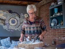 Jette zoekt servies voor haar mozaïekmuur: 'Ik knal alles kapot'