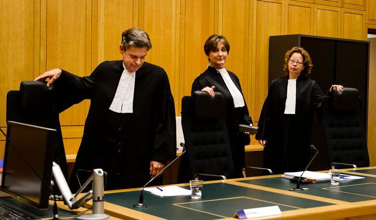 (vlnr) Rechter W. Weerkamp, voorzitter M. Klinkenbijl en rechter E. Raemakers voor aanvang van de rechtszaak tegen Mark M. uit Weert. Beeld null