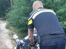 Agenten redden rolstoeler die muurvast zit in rul zand op Lemelerberg: 'Was best stevig duwen'