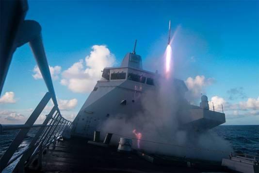 Hr. Ms. De Zeven Provinciën vuurt een raket af bij een oefening in Noorwegen in 2014.