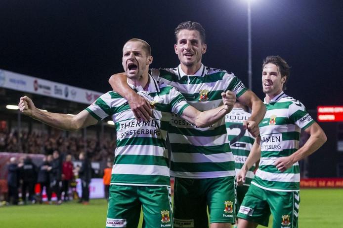 Istvan Bakx viert het enige en dus winnende doelpunt van Go Ahead Eagles met publiek en medespelers.