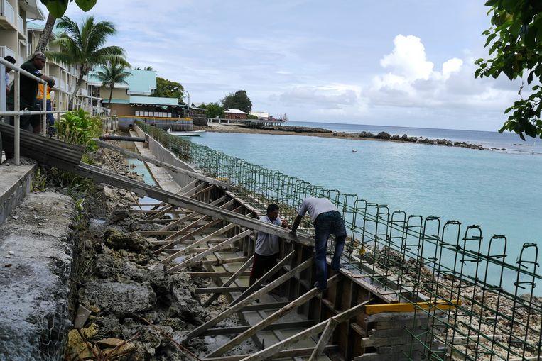 Op het hoofdeiland Majuro wordt de kustversterking aangebracht. Beeld Anne-Gine Goemans