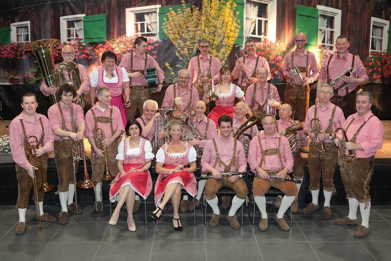 Die Original Dorfmusikanten in hun grote bezetting, hier nog met dirigent Marc Debruyne.